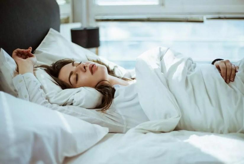 Чому людина уві сні скрипить зубами: причини, наслідки