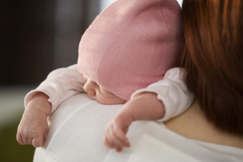 Чому новонароджений відригує і як йому допомогти?