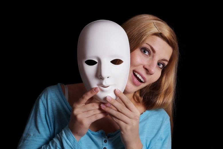 Пацієнти з діссоціатівним розладом особистості можуть не тільки чути голоси, у них також можуть спостерігатися візуальні, тактильні, нюхові і смакові галюцинації.