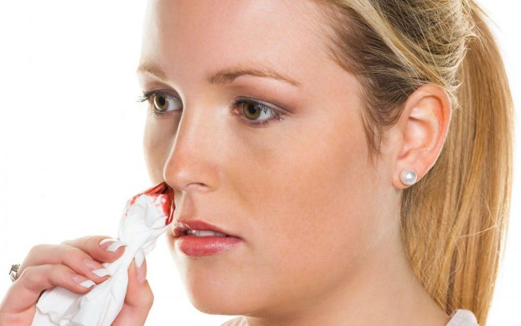 Соплі з кров'ю при нежиті у дорослих – причини