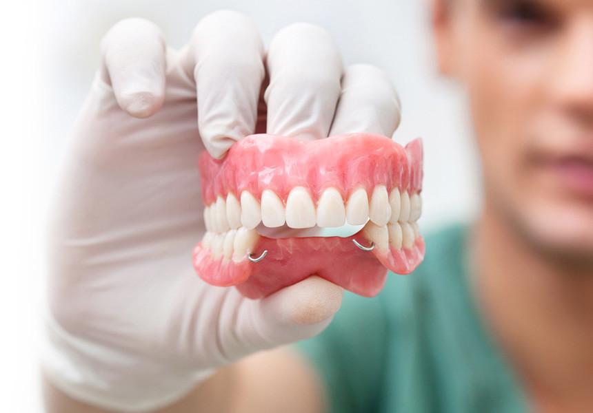 Протезування зубів: види, особливості та матеріали протезів