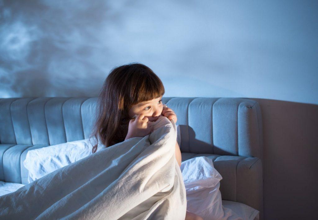 Голод, біль або погода: що заважає дітям спати?