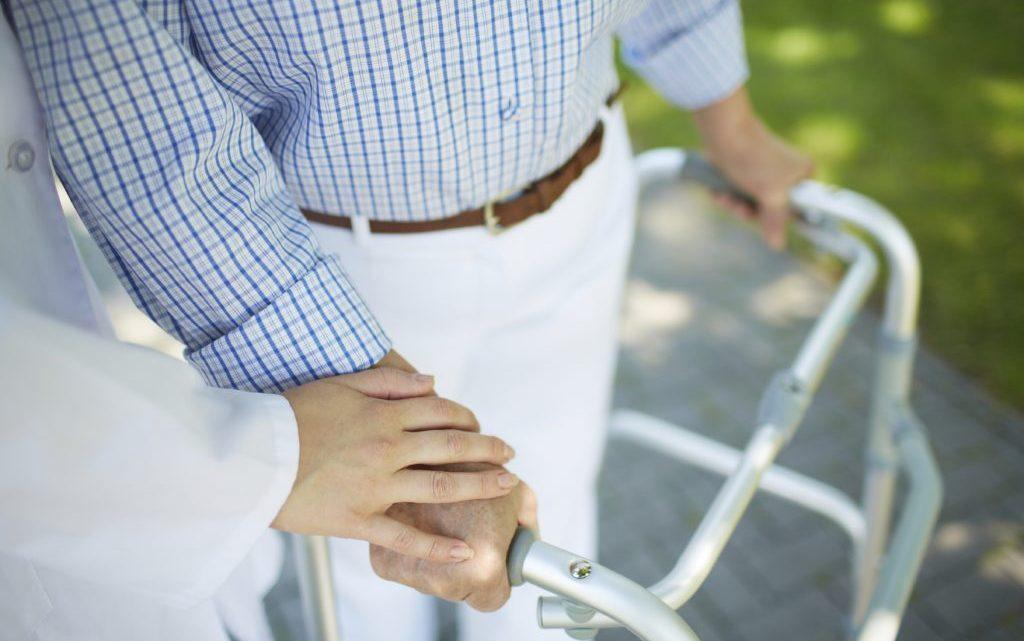 Симптоми перелому шийки стегна у літніх людей