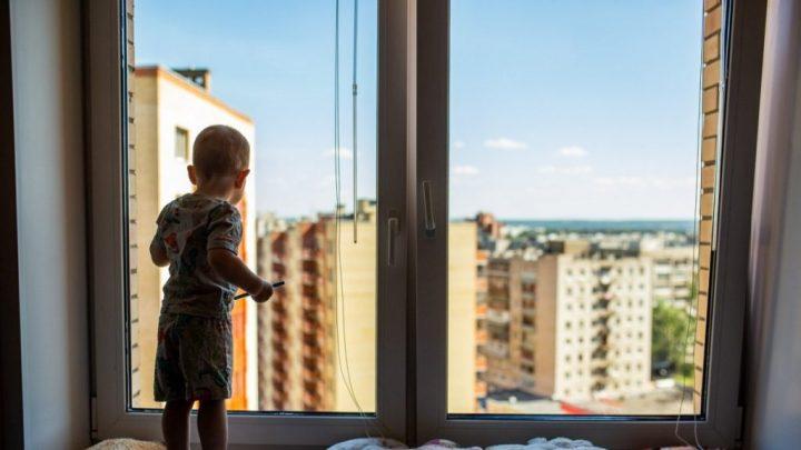 Як уберегти дитину від падіння з вікна