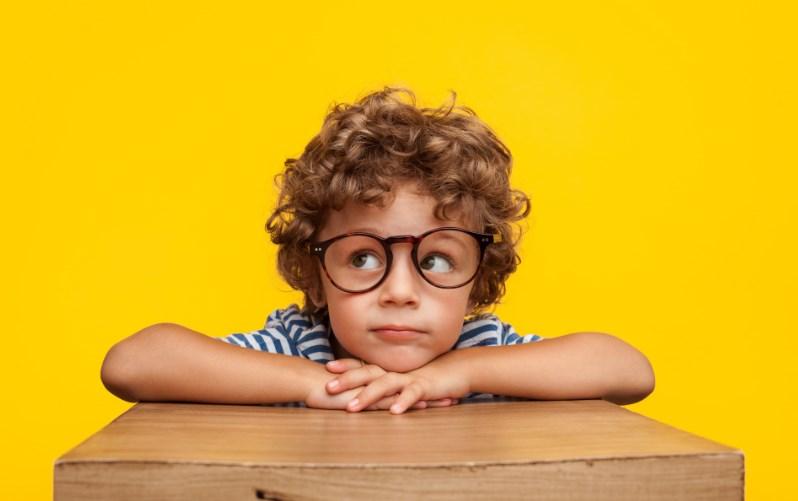 Дитина соромиться носити окуляри – що робити?
