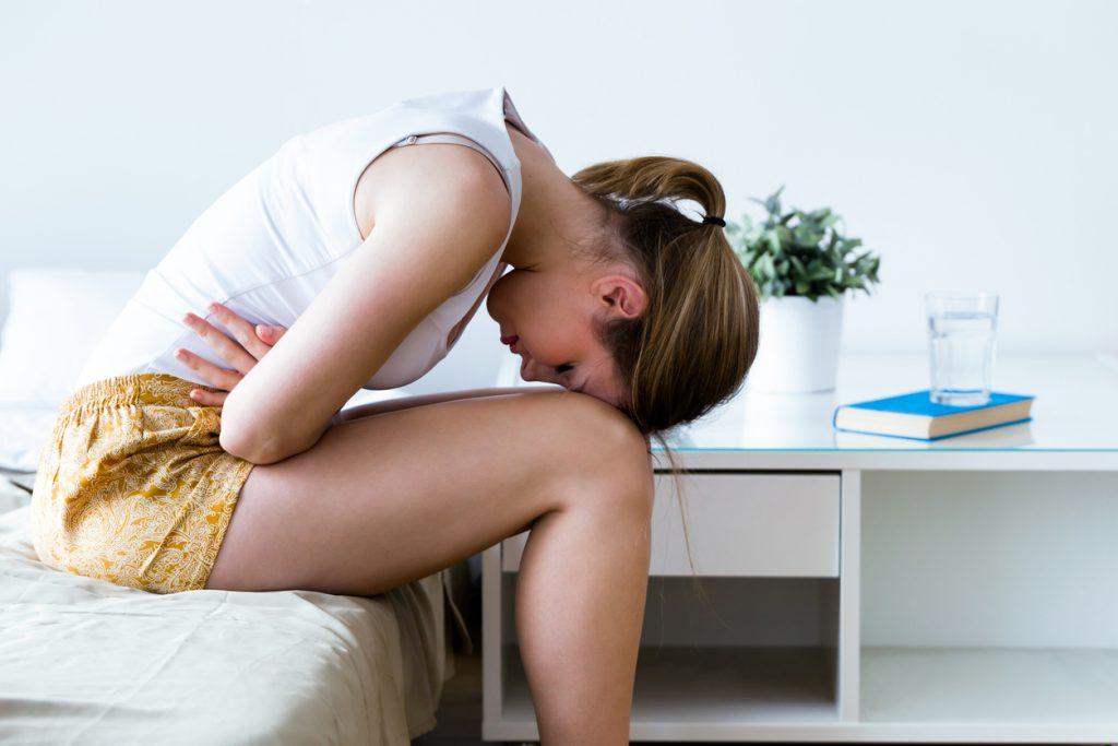 Біль в животі у жінок справа, зліва: причини