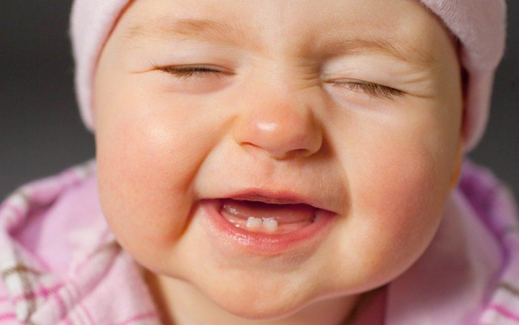 Коли прорізуються перші зуби у немовлят