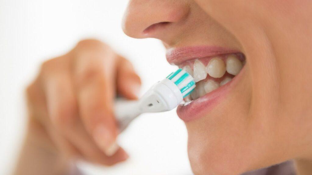 Як запобігти кровоточивості ясен при чищенні зубів