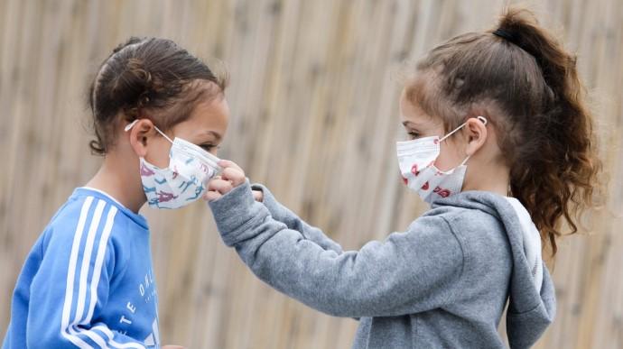 Чи потрібно надягати на дитину захисну маску в громадському місці?