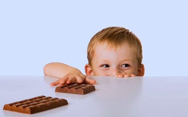 Дитина їсть багато шоколаду і цукерок: причини і наслідки